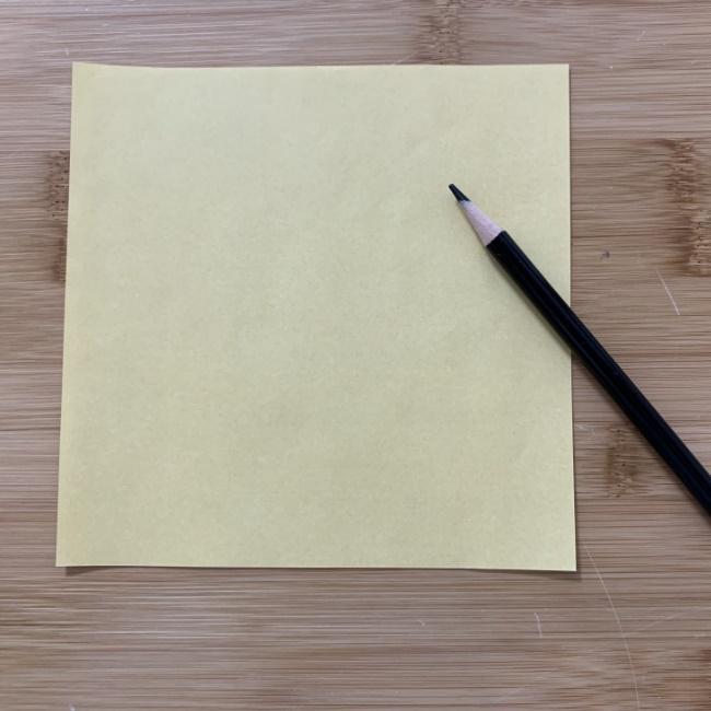 折り紙に『すみっこぐらしのねこ』の顔をペンでお絵かき♪
