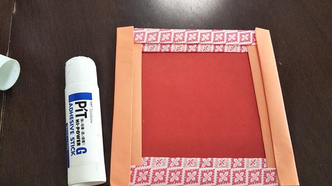 フレームからコスモスなど好きな折り紙で飾りつけ♪