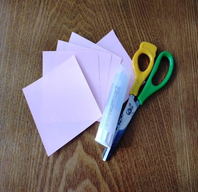 1つの桜を折り紙5枚で作ります