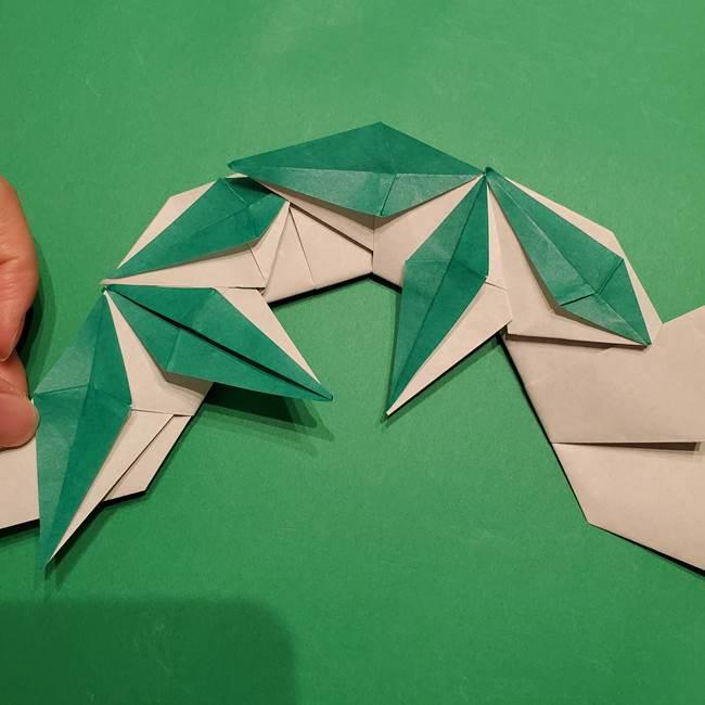 折り紙 笹の葉リースの作り方③組み合わせて完成(27)