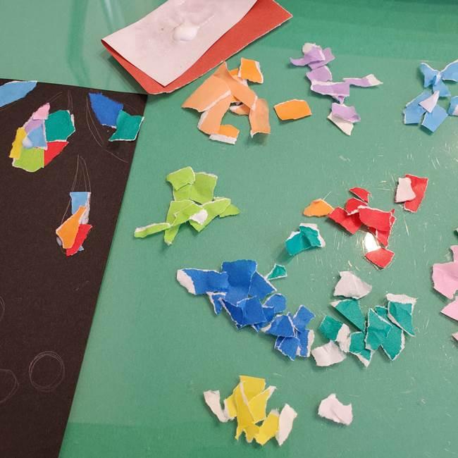 折り紙 花火の貼り絵ちぎり絵 の作り方貼り方②貼る(1)