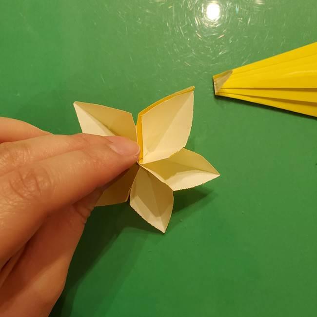 ③パーツを止めたら折り紙の流れ星の完成!(2)
